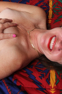 This American mature lady loves to play with herself