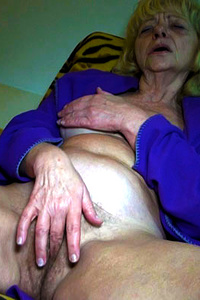 Old granny hottie using her toy to get really wet